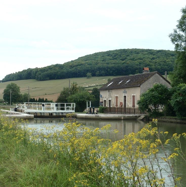 Écluse 13S Sainte-Sabine, lock-houses, Burgundy Canal, France