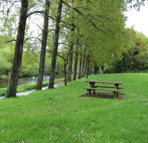 Walking along the canals of Brittany – picnic tables at Écluse 141 Kerlouët