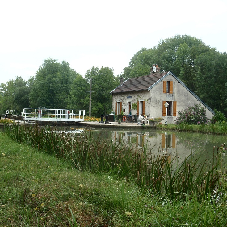 Écluse 30S Dennevy, lock-house, Burgundy Canal, France