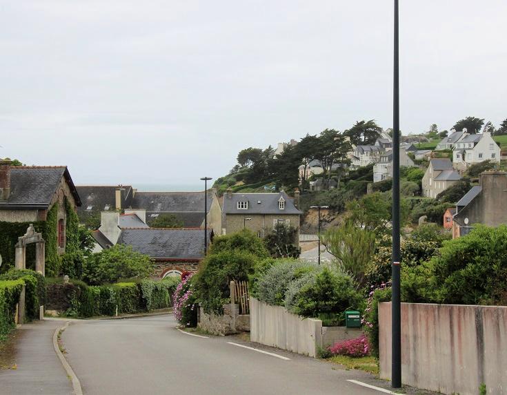 GR 37 path follows a street through Pentrez