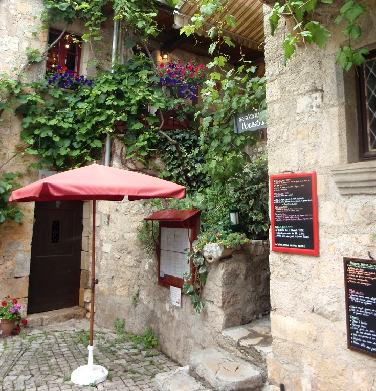 Vine covered entrance to Restaurant l'Oustal