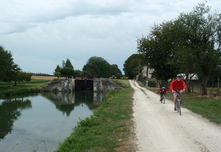 Passing cyclists on the towpath near Ecluse 78 Y Fulvy